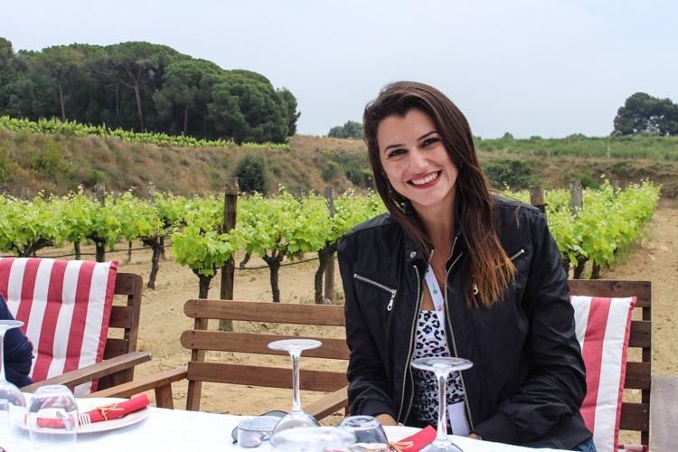 mulher em vinícola na região de Barcelona
