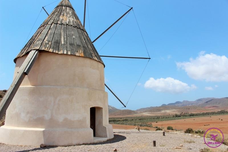 Moinho ao longo do caminho do Parque Natural Cabo de Gata-Níjar.