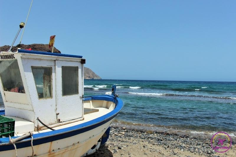 Barco e praia de San Jose, no Cabo de Gata, Espanha.