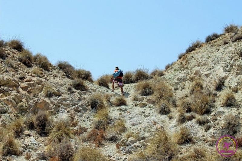 Homem fazendo trekking no Cabo de Gata.
