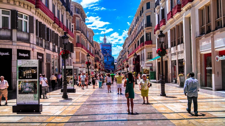 Enjoy the busy streets of Spain, beautiful architecture and good restaurants. Keep reading to discover how much does it cost to travel in Spain.