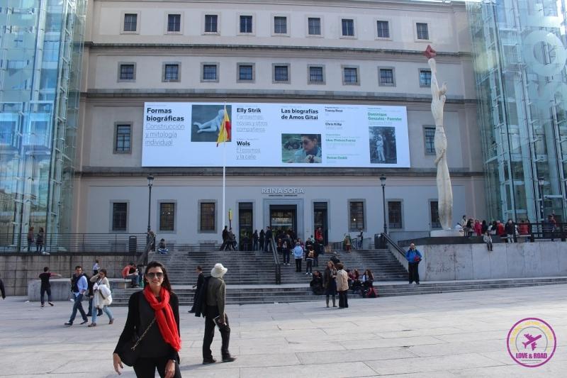 Mulher posando em frente ao Museu Nacional Centro de Arte Reina Sofia, em Madri.