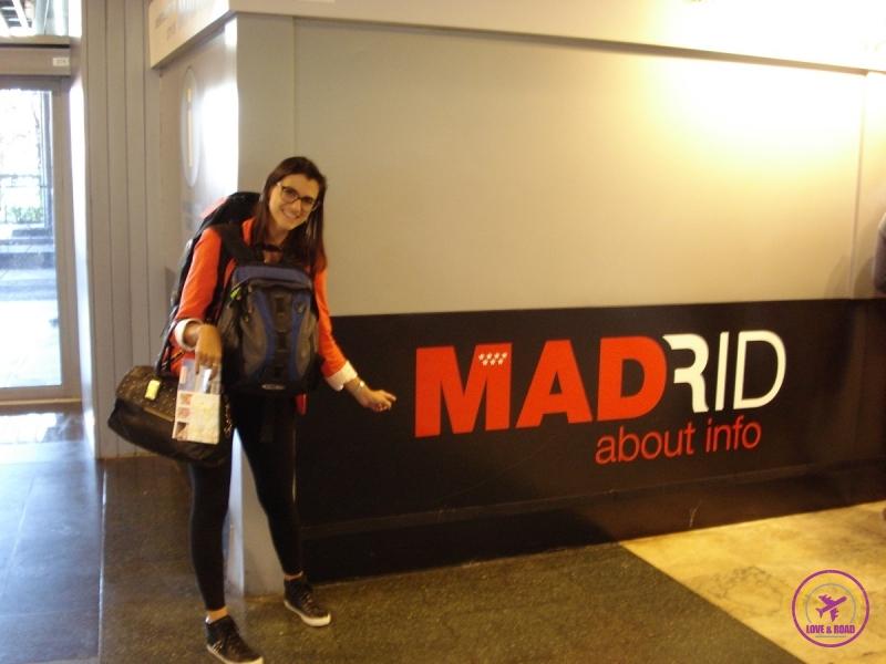 Mulher viajante turista em frente ao logo da cidade de Madri.