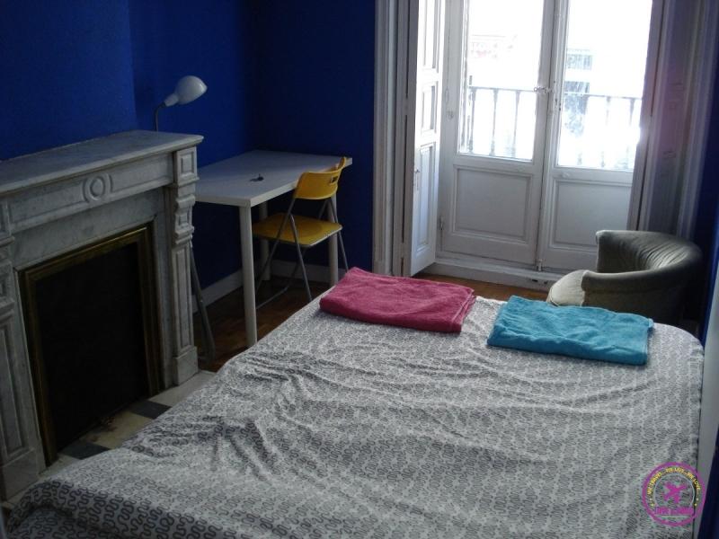 Quarto Airbnb com toalhas na cama e uma bela vista de Madri.