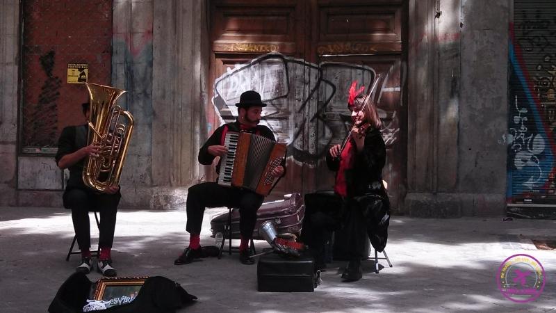 Músicos tocando nas ruas de Madrid.