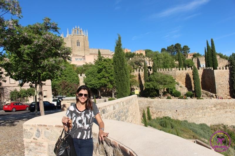 Mulher posando para foto na cidade de Toledo.