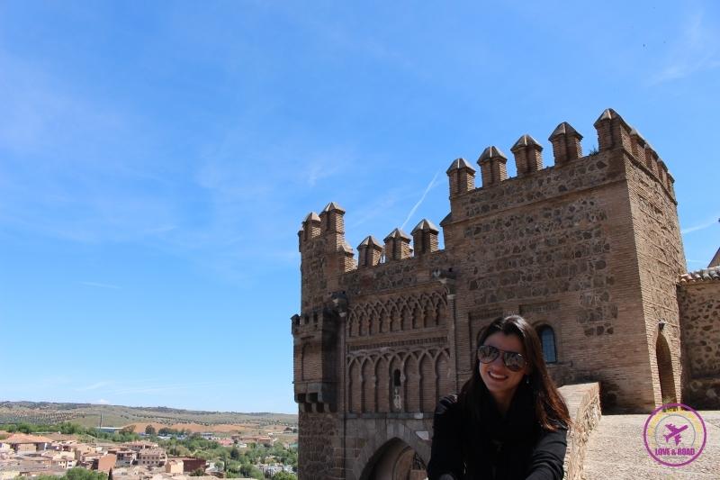 Mulher frente castelo em Toledo