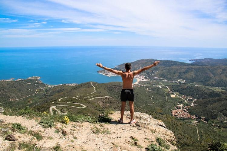 homem na montanha para esportes na Catalunya