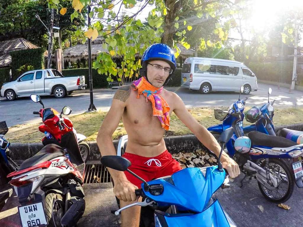 Explore as ilhas da Tailândia de motinho, mas não se esqueça de capacete, seguro viagem e muito estilo!
