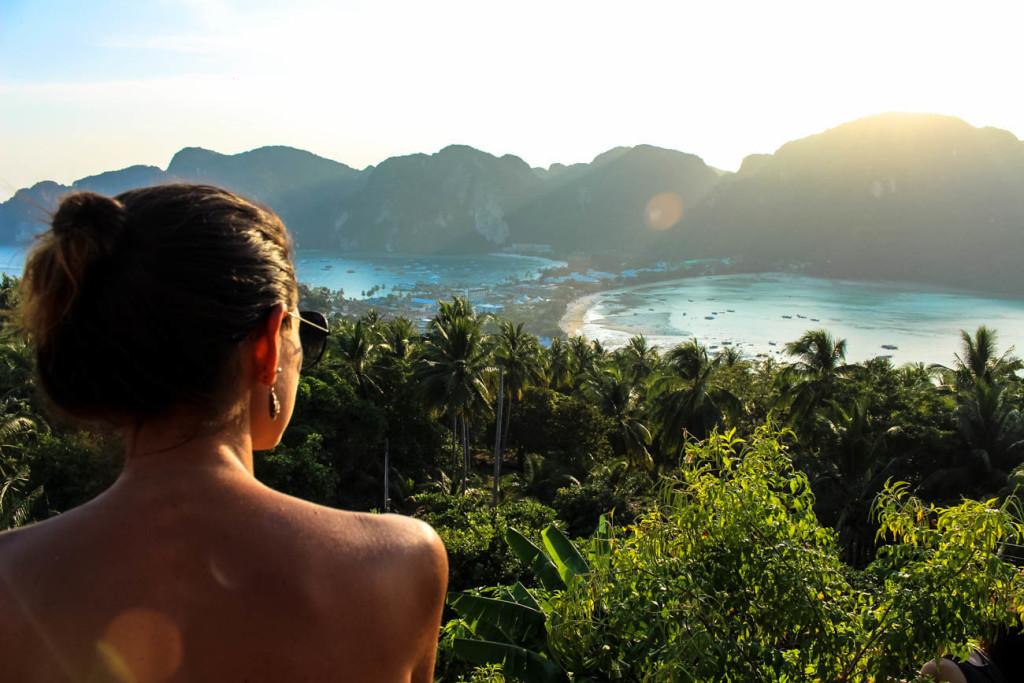 O contraste do verde da mata e o azul cristalino do mar é hipnotizante! Uma paisagem que você só encontra nas ilhas da Tailândia.
