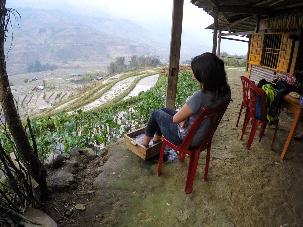 Depois de um longo dia de caminhada pelos terraços de arroz de Sapa, Vietnã, nada melhor que um escalda pés e descanso.