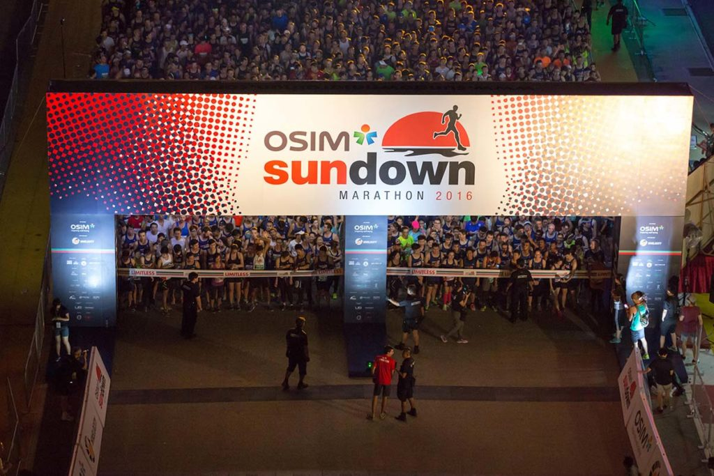 Are you ready to explore Singapore in a different way? Let's race the Sundown Marathon Singapore, the largest night race in Asia. We did it, and was awesome!