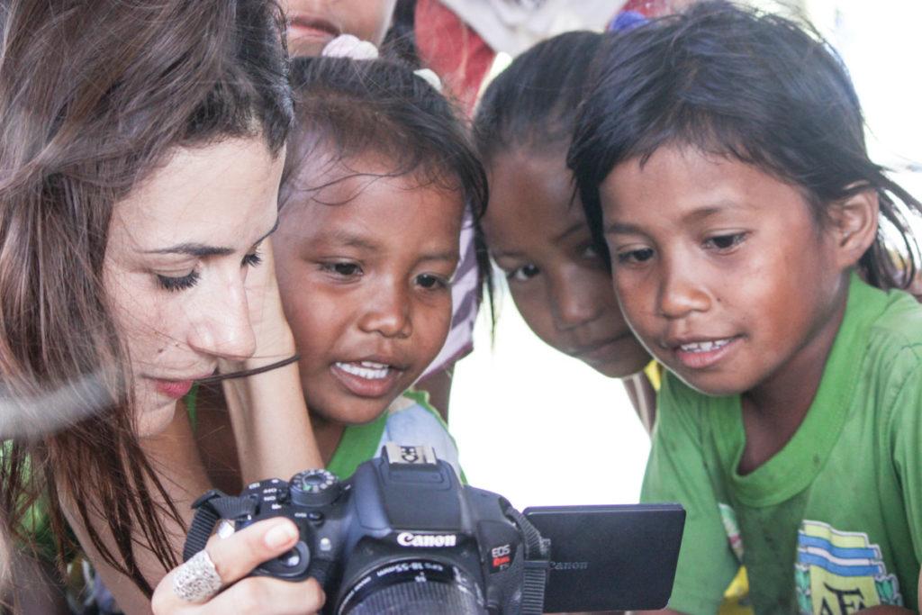 As crianças da Tribo Bajo se surpreendem olhando as fotos.