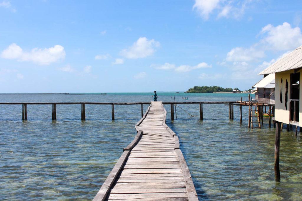 A Tribo Bajo constrói as casa sobre palafitas, com bambu e madeira, no meio do oceano em Wakatobi, Indonesia.