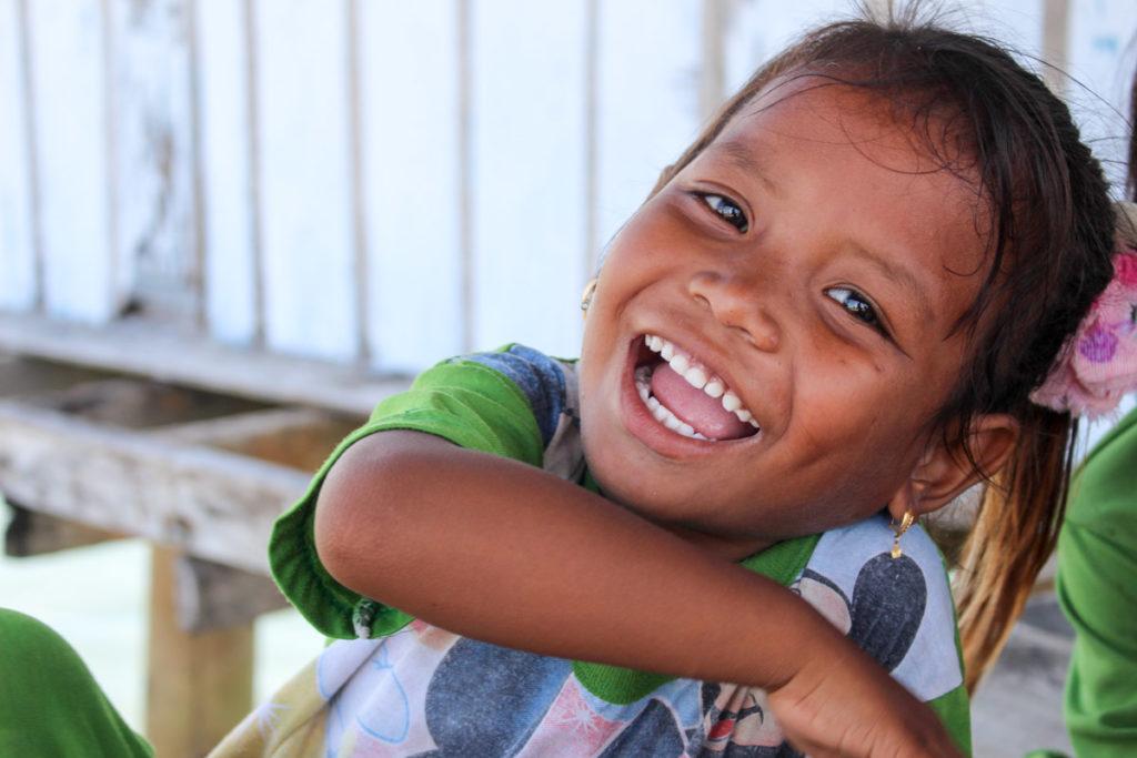 A beleza da Tribo Bajo está no sorriso das crianças.