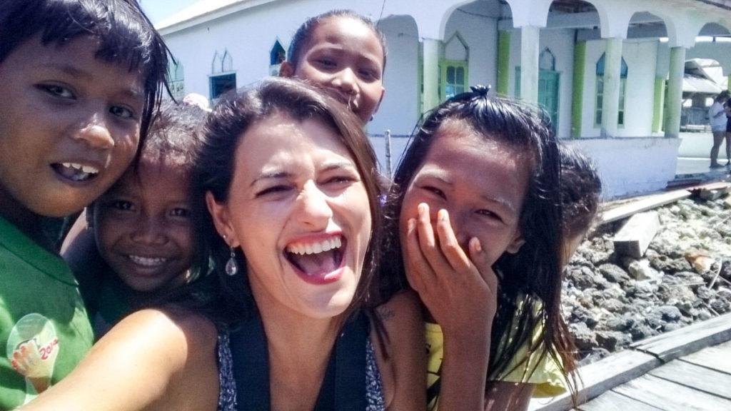 Selfie com as crianças da Tribo Bajo, os pequenos mais felizes e sorridente que já conheci!