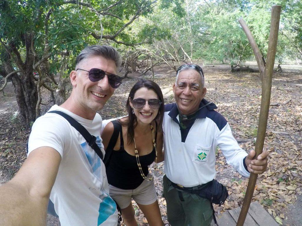 Parada para selfie com o ranger, eles guiam as caminhadas na ilha de Rinca e na ilha de Komodo.