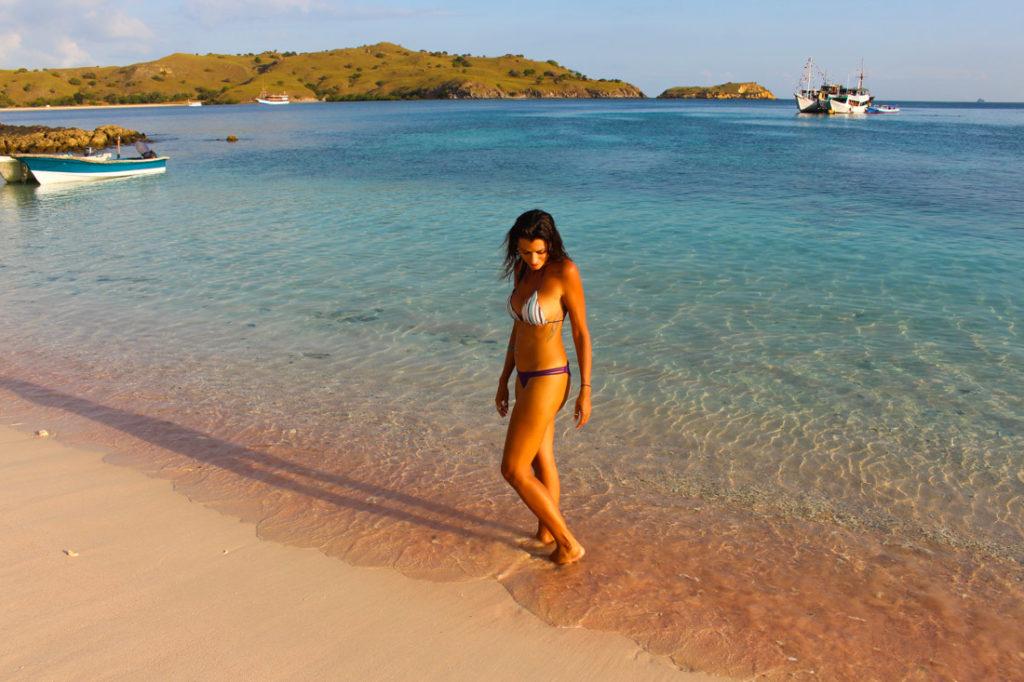 A pink beach tem este nome devido a areia cor de rosa. Esta praia fica na ilha de Komodo.
