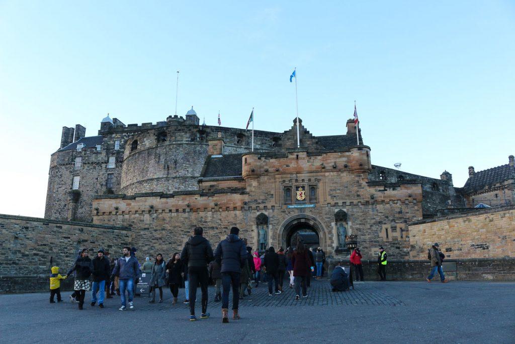 As ruas de Edimburgo ficam lotadas de turistas durante o Hogmanay. Milhares de pessoas vão comemorar o ano novo em Edimburgo, Escócia!