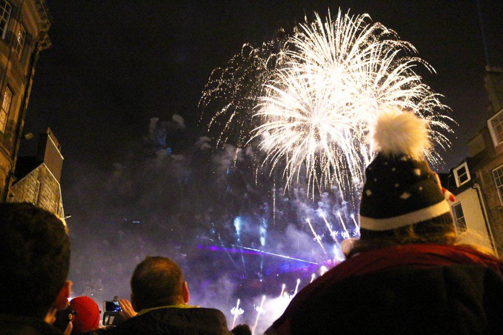Os fogos de artifício acontecem no centro histórico de Edimburgo, bem em cima do castelo.
