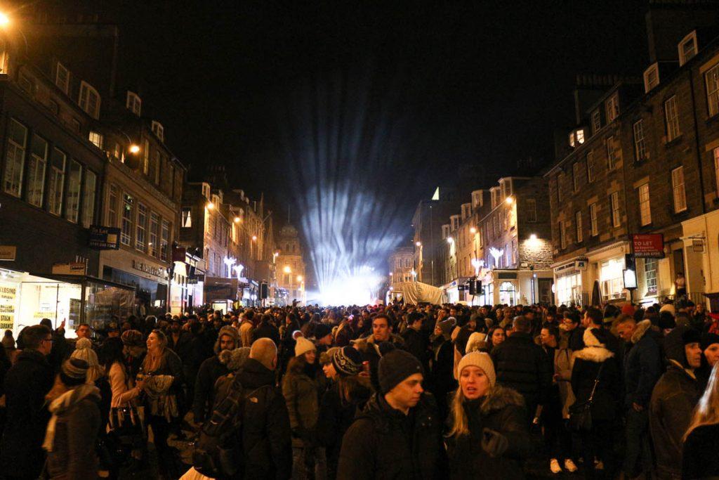 A festa de rua de Edimburgo é gigante, com gente de todo o mundo!