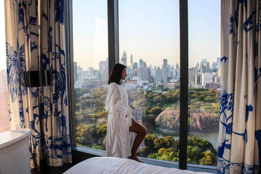 Mulher na janela de um dos muitos hotéis românticos em Bangkok.