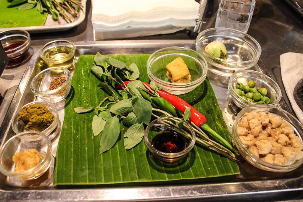 Ingredientes tailandeses de aula de culinária em Bangkok para aprender a preparar deliciosos pratos tailandeses é uma ótima atividade para incluir em seu roteiro romântico de Bangkok.