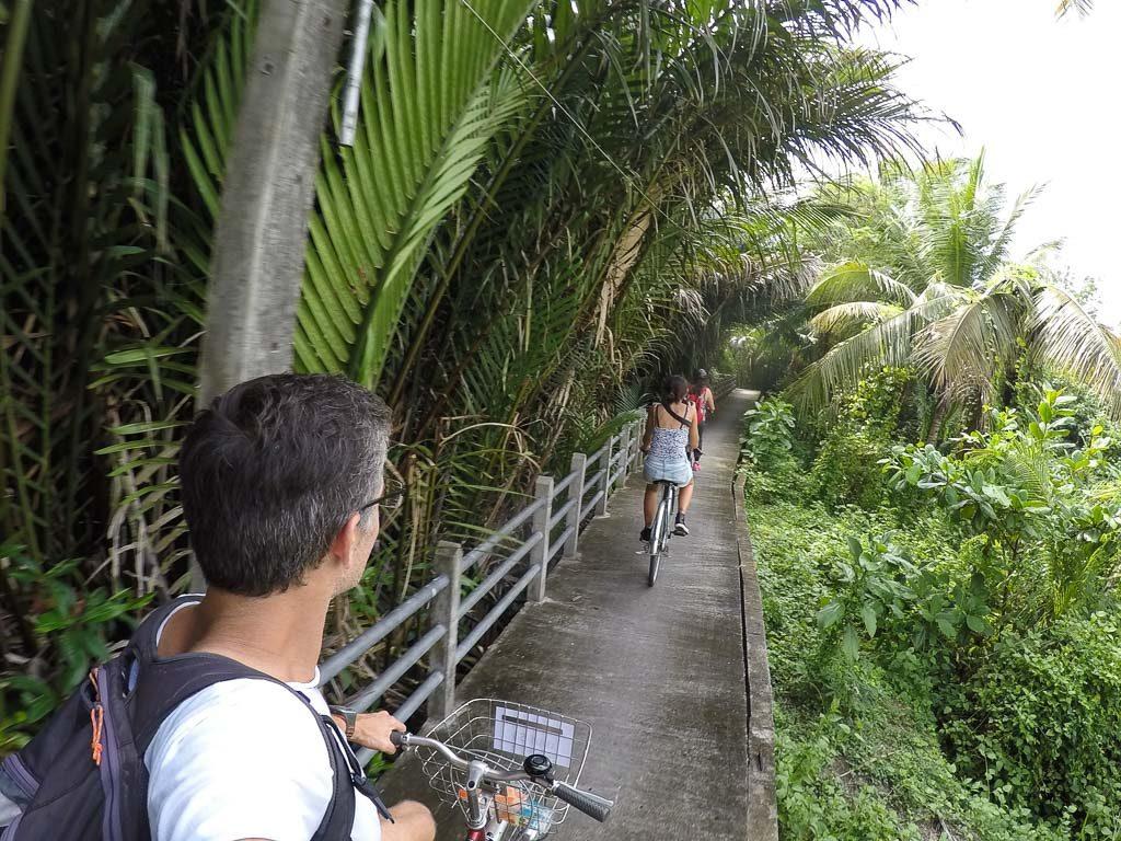 Procurando o que fazer em seu roteiro romântico de Bangkok? Ir a um passeio de bicicleta por Bang Krachao é uma agradável aventura!