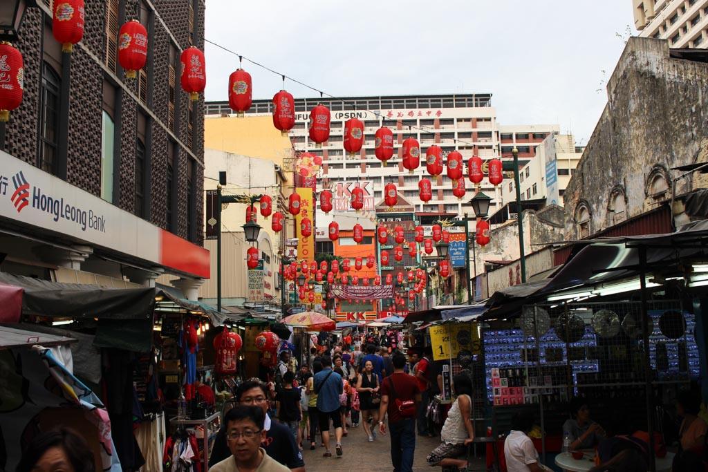 Na lista do que fazer em Kuala Lumpur não pode faltar uma visita a rua Petaling, mais conhecida como Chinatown.
