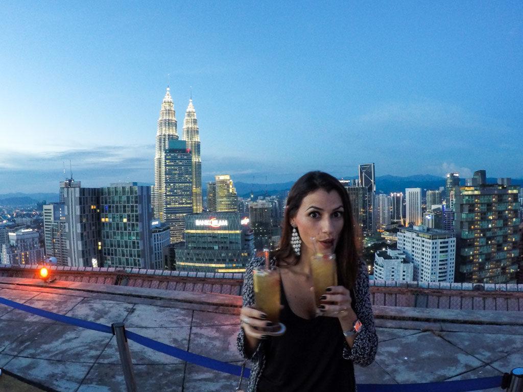 Minha dica secreta do que fazer em Kuala Lumpur é assistir o pôr do sol de cima de um heliporto.