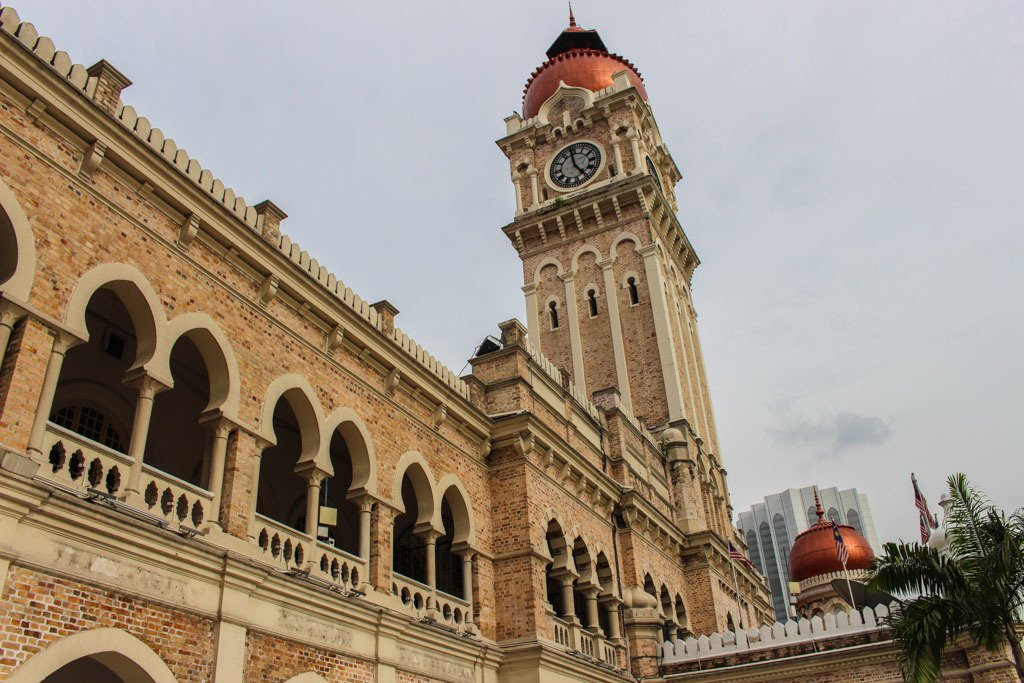 Em um dia em Kuala Lumpur você consegue passear pelo centro da cidade e ver alguns prédios históricos.