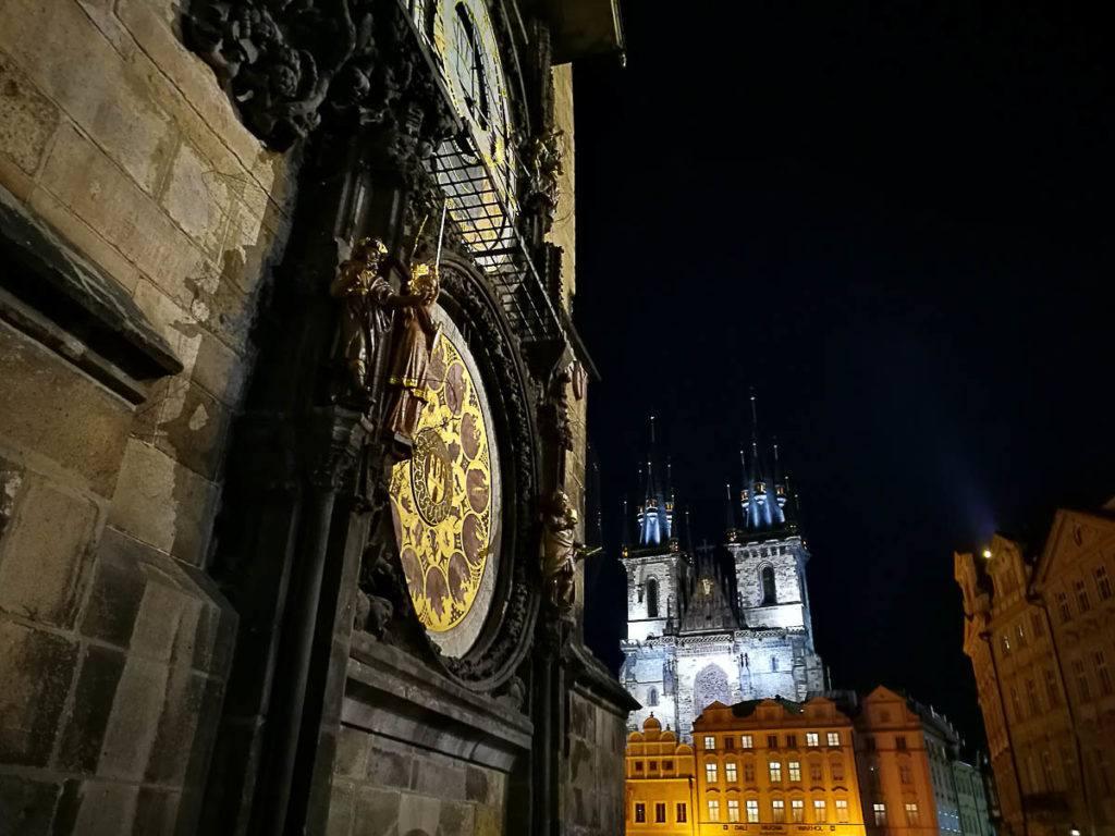 A noite em Praga e o Mosteiro ou Monastério Strahov, na Cidade Velha.