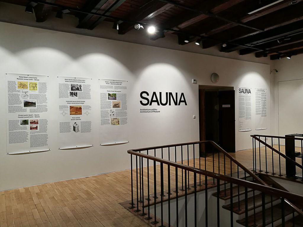 Praga tem vários museus e galerias de arte moderna, como esta com uma exposição sobre saunas no mundo.