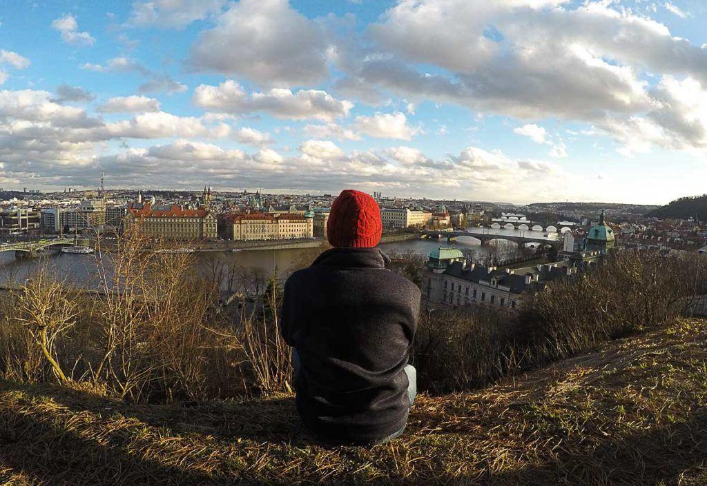 Mulher pensando no que fazer em Praga enquanto aprecia a vista do Parque Letná.