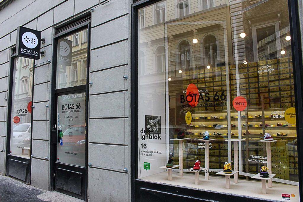 Se você precisa de sapatos bons e confortáveis para visitar as principais atrações de Praga, passe na loja Botas 66.