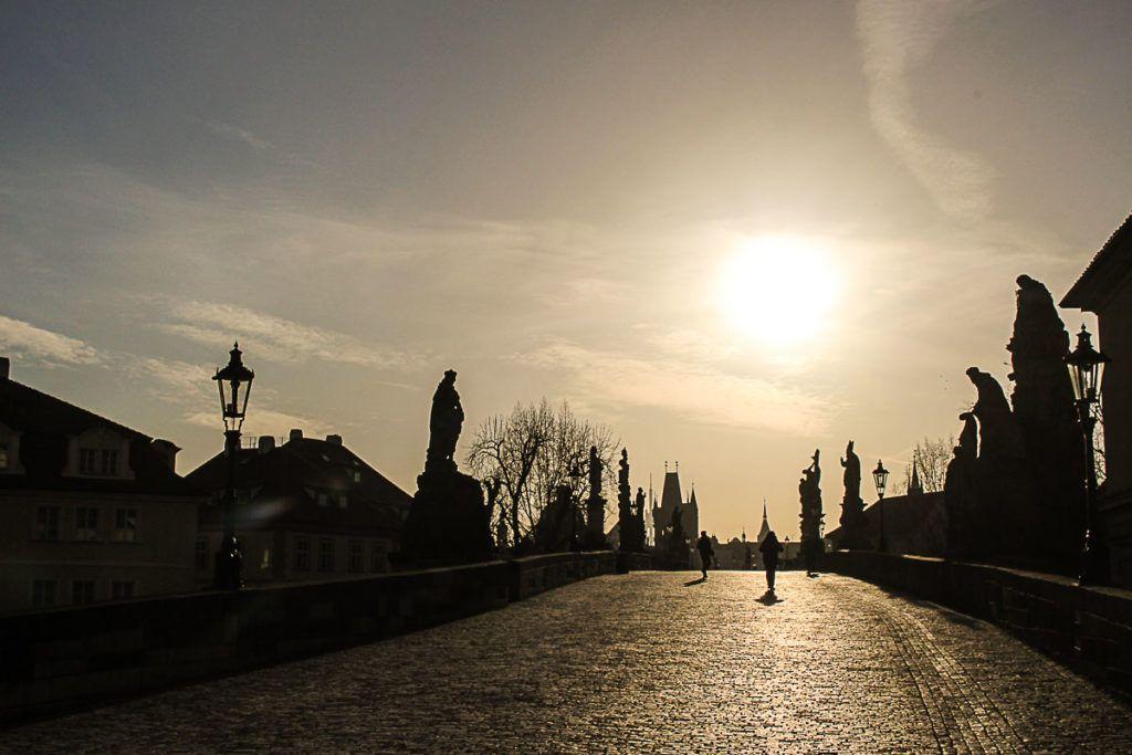 Nascer do sol na Ponte Carlos, em Praga.