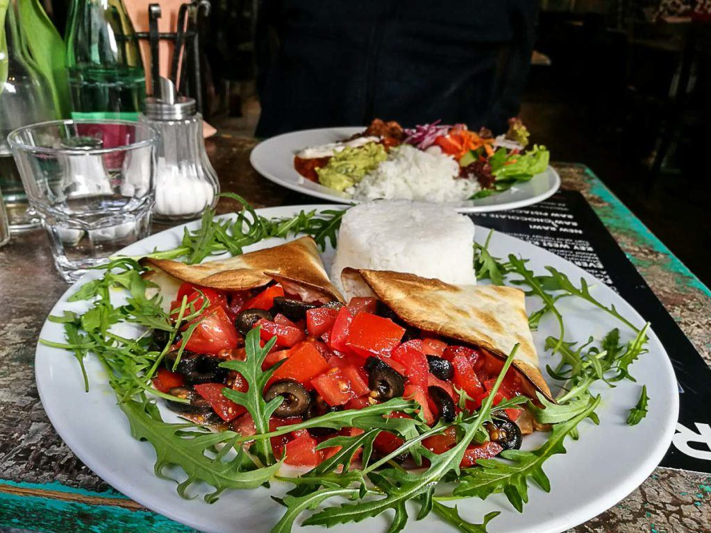 Pratos vegetarianos em Praga, que tem ótimos restaurantes vegetarianos para você experimentar.