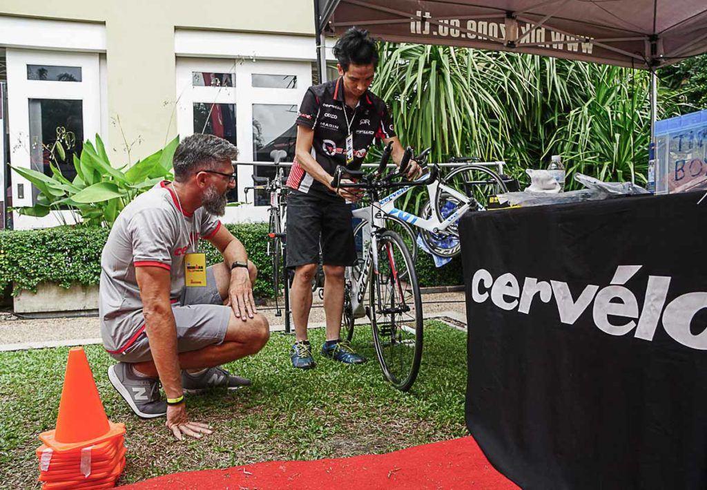 Para competir no Ironman 70.3 de Phuket aluguei com a Bikezone Thailand um Cervélo P2 novinha.