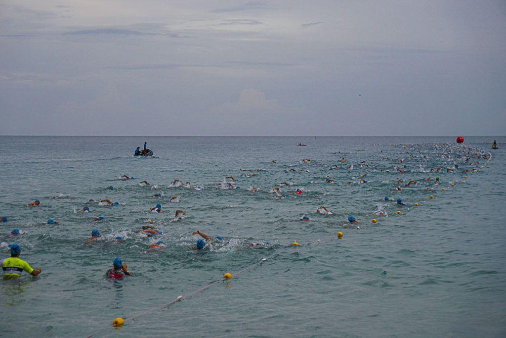 """A largada foi feita em """"rolling waves"""" de acordo com o tempo de natação de cada atleta."""