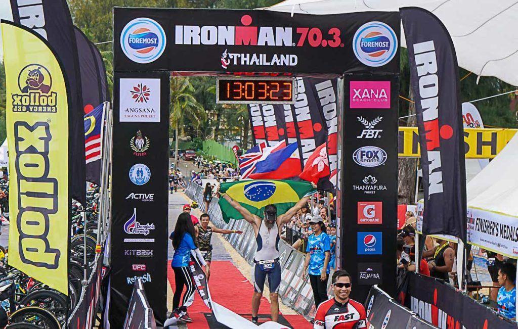 O melhor momento do dia, cruzar a linha de chegada do Ironman 70.3 Tailândia na Ilha de Phuket.