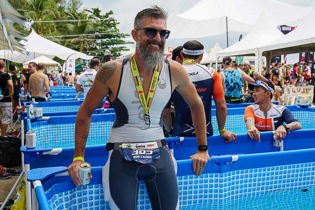 Nada melhor do que uma piscina de gela e uma cerveja gelada para comemorar mais uma medalha do Ironman.