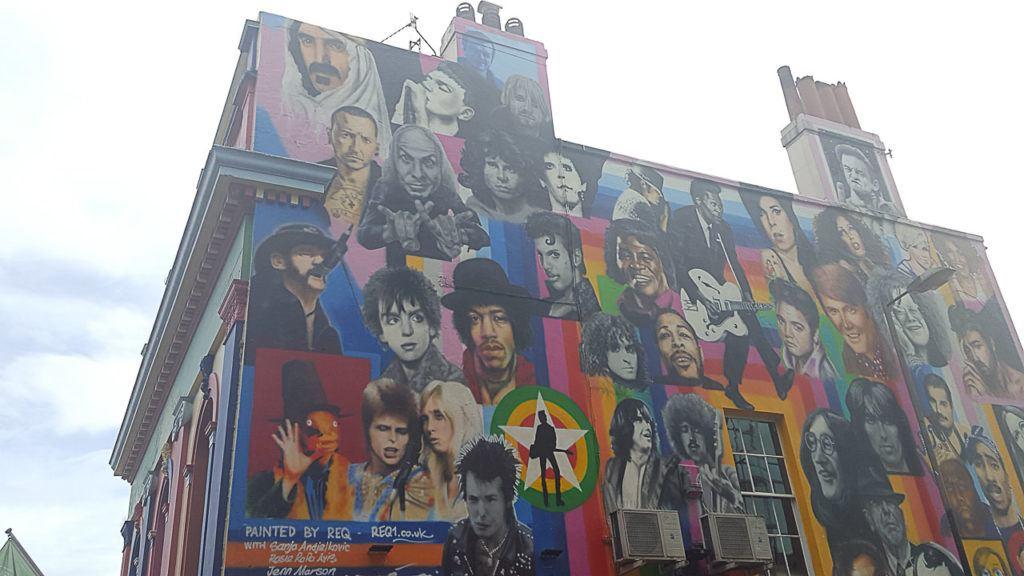 Sua viagem de um dia em Brighton deve incluir uma visita nas ruas coloridas da cidade para apreciar os grafites e algumas das melhores artes de rua.