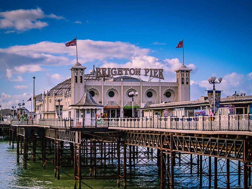 Há tanto o que fazer em Brighton que você terá um dia cheio de atividades, como passear no píer de Brighton, desde a manhã até a noite.