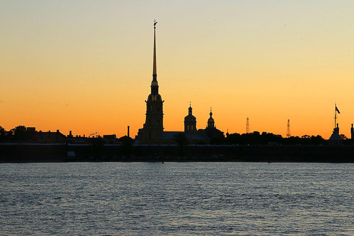 A melhor parte de viajar para a Rússia durante o verão é que você pode visitar todas as atrações de São Petersburg durante a noite, quando a iluminação natural é incrível.