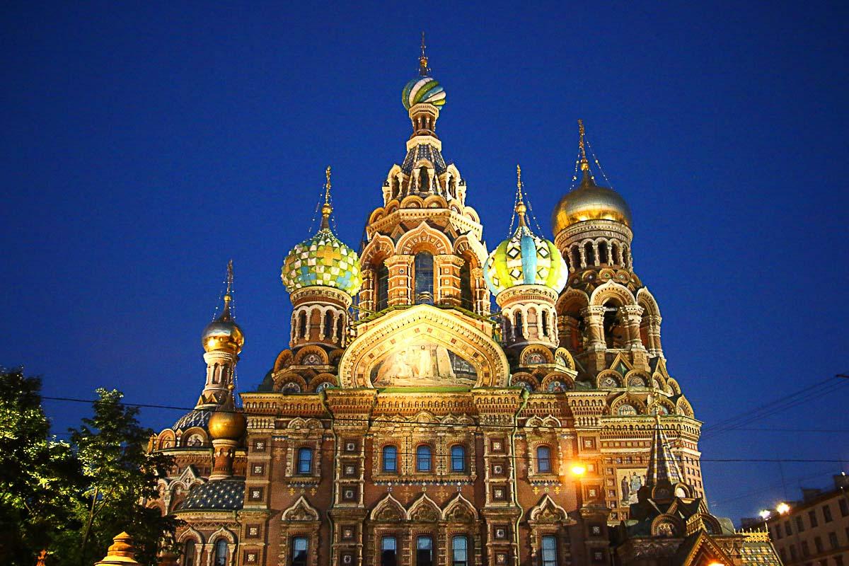 Nós listamos os melhores lugares a se visitar em São Petersburgo, Rússia. O itinerário perfeito para um dia em São Petersburgo no verão.