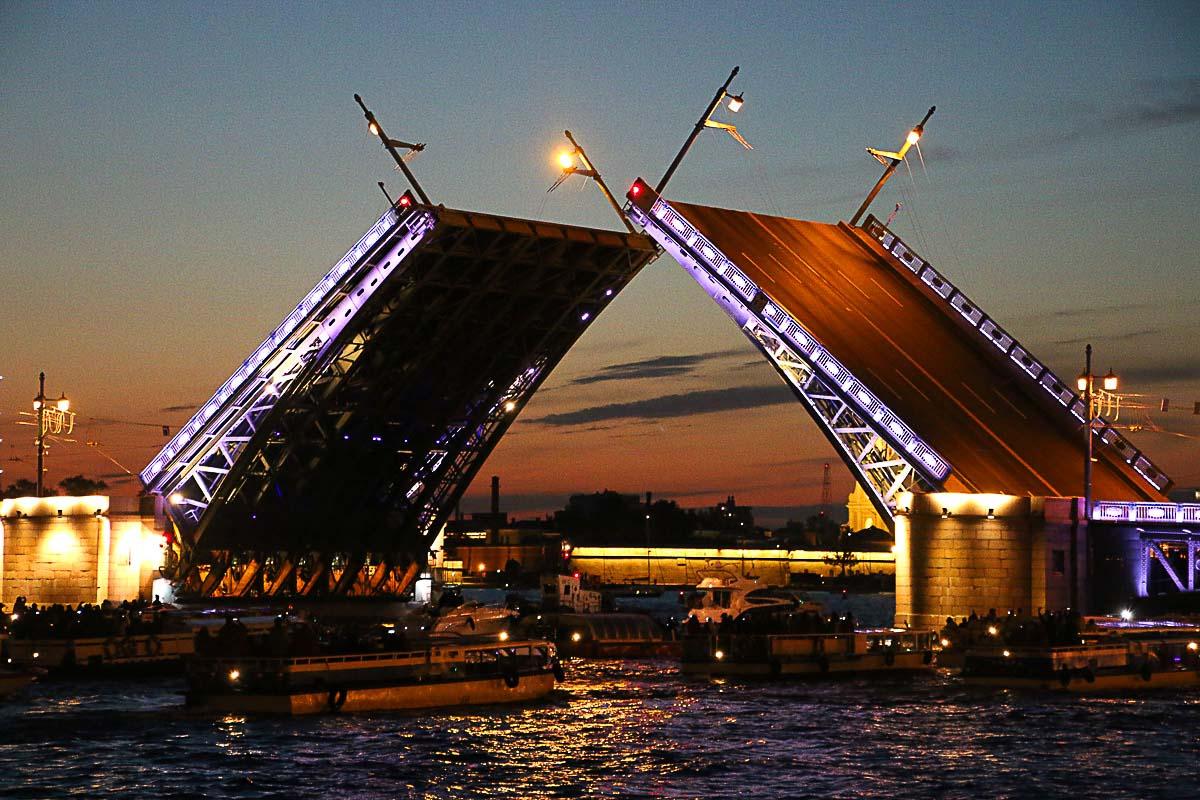 A abertura das pontes é uma das atrações principais nas Noites Brancas em São Petersburgo, é um espetáculo mágico.