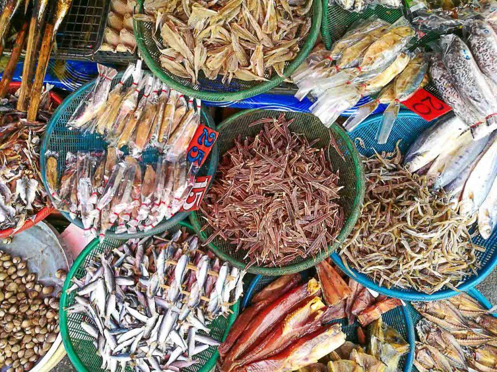 Nos mercados de Hat Yai você vai encontrar desde roupa até comida, frutas e verduras.