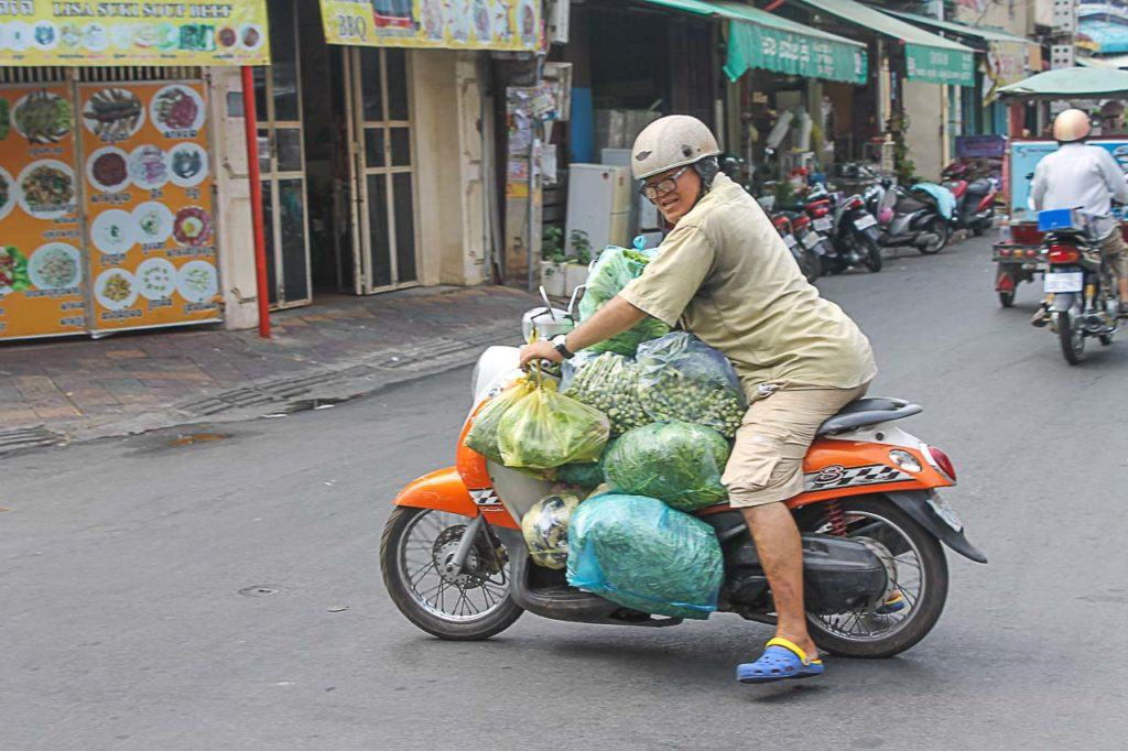 Conhecer os habitantes e os pitorescos mercados locais é algo indispensável a seu roteiro de Phnom Penh.