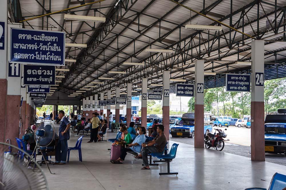 O melhor jeito de organizar uma viagem de ônibus na Tailândia é usando o site 12go.asia onde você consegue pesquisar horários, rotas, preços e até comprar sua passagem de ônibus.