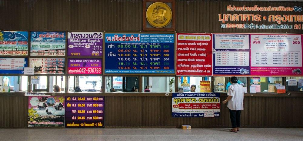 Para comprar a passagem de ônibus na Tailândia você pode ir até a estação ou rodoviária da cidade, mas vai ter que enfrentar a barreira do idioma.